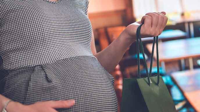 カフェに出かける妊婦