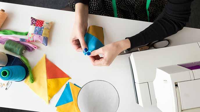 布切れと型紙を準備する女性