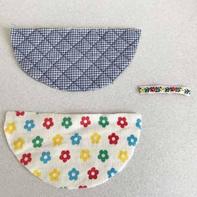 型紙に合わせて半円形に切ったキルトの表布と裏布とリボン