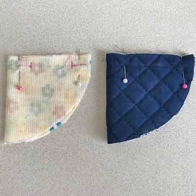 待ち針で留めて縫う場所に印をつけた表布と裏布