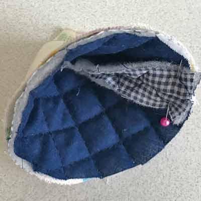 三角錐の状態で重ねた表布と裏布