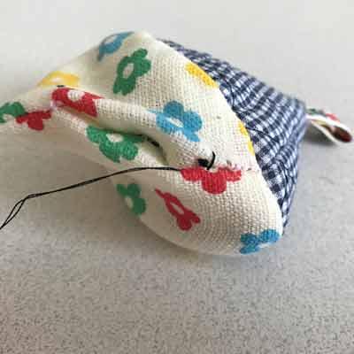 縫い始めからすぐ下に針を入れて針を通された裏布