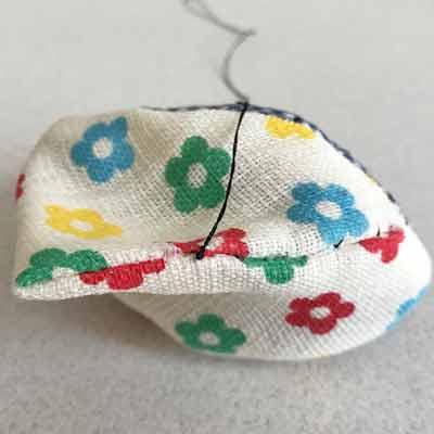 玉留めをして縫い閉じる布