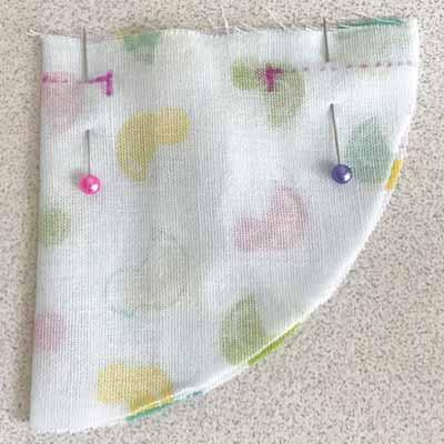 縫う場所の印をつけて待ち針で留めた裏布