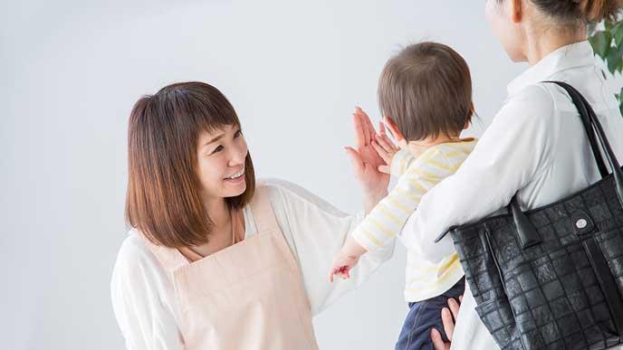 保育園に子供を預ける母親