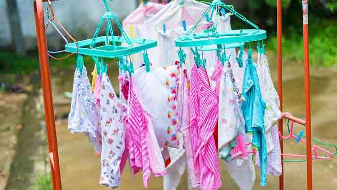 赤ちゃんの洗濯ものを干す