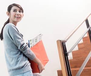 アパートの階段を上る主婦