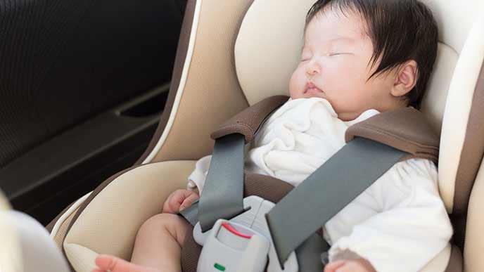 車のベビーシートに座る赤ちゃん