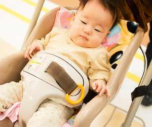 スーパーのレンタルベビーカーに座る赤ちゃん
