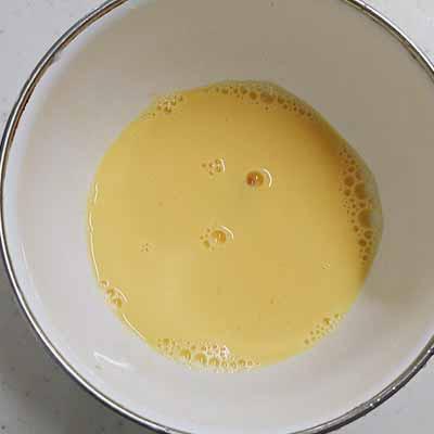 ボウルに入れた卵と牛乳