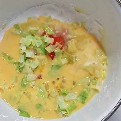 ボウルに入れたみじん切り野菜や卵・牛乳などの材料