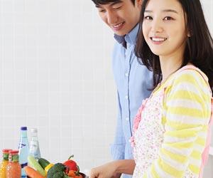 夫婦で台所に立つ