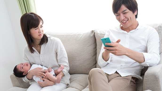 育児を助けない夫を睨み付ける女性