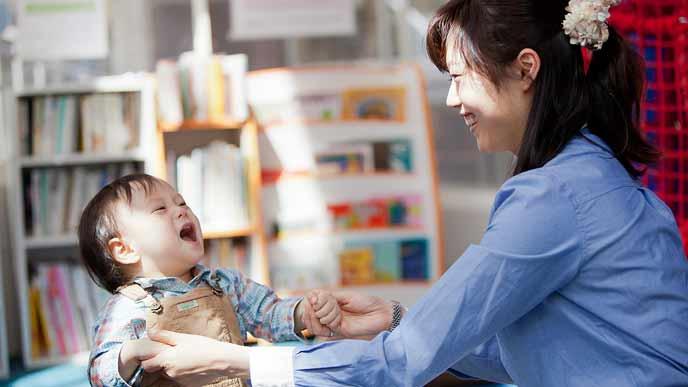 児童館で赤ちゃんと過ごす女性