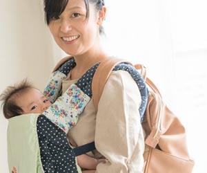 赤ちゃんを抱っこして笑顔の女性