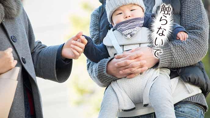 赤ちゃんの手を握るおばさん
