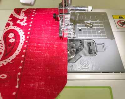 短い方のバンダナをミシンで縫う
