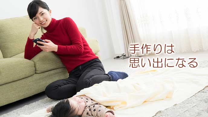 昼寝する赤ちゃんの傍でスマホを見る女性