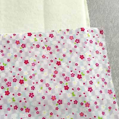 布にキルト芯を置いてその上にあて布を置く