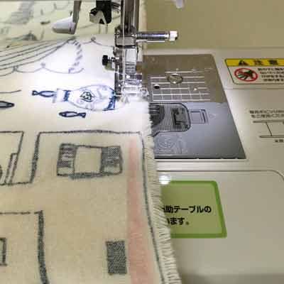 2枚重ねた布の周りをミシンで縫う