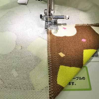 内側に折った布をミシンで縫い付ける