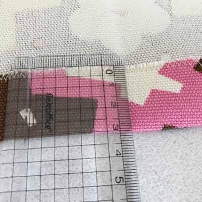 定規で辺3cm幅を測られている布