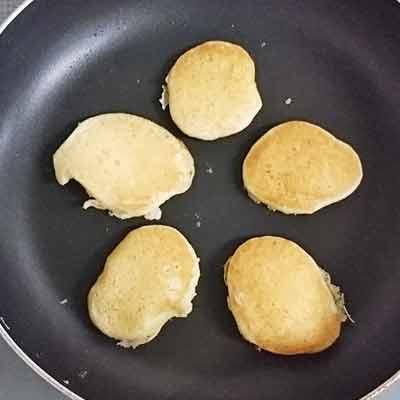 フライパンに流し入れた5等分のパンケーキ生地