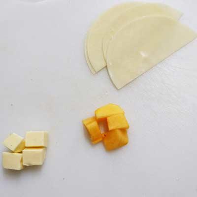 まな板の上にある柿、ベビーチーズ、餃子の皮