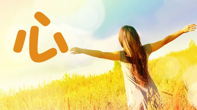 黄金色に染まる草原で手を広げる少女