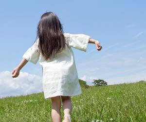 草原を一人歩く少女