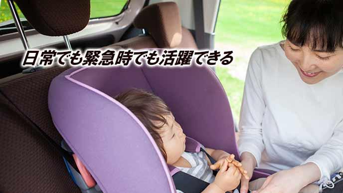 車に赤ちゃんを載せる母親